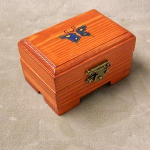 Fa kis pillangós  doboz, Díszdoboz, Dekoráció, Otthon & Lakás, Famegmunkálás, Festett tárgyak, Fenyőfából készült pici ékszerdoboz, díszdoboz. Láncoknak, óráknak, gyűrűknek, emlékeknek, kincsekne..., Meska