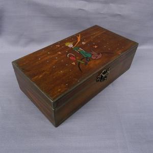 Kis Herceg doboz, Otthon & Lakás, Tárolás & Rendszerezés, Doboz, Festett tárgyak, Famegmunkálás, Fa emlék vagy dísz doboz. Kincseknek, emlékeknek, képeknek.  Dió barna  páccal színezett, kézzel fes..., Meska