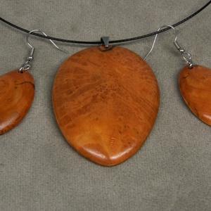 Nemesfa medál acél sodronyon, Ékszer, Nyaklánc, Medálos nyaklánc, Famegmunkálás, Nyirfából fából készült ékszerszett. Egyedileg tervezett, kézzel alakított, csiszolt forma. Saját ke..., Meska