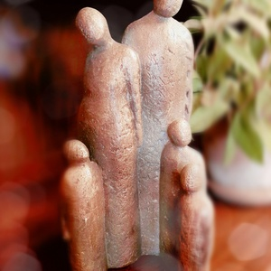 Harmadik baba a családban - Beltéri szobor , Otthon & lakás, Dekoráció, Dísz, Képzőművészet, Szobor, Szobrászat, A 34 cm magas családi szobor betonból készült és bronz festékkel színeztem. \nA boldogság és öröm ára..., Meska