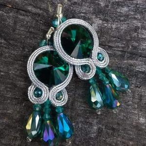 Smaragd zöld-ezüst fülbevaló, Ékszer, Fülbevaló, Lógó fülbevaló, Gyöngyfűzés, gyöngyhímzés, Varrás, Smaragd színű rivoli kristályt körbevarrtam ezüst sujtás zsinórral.\nHossza: 7.5 cm\nSzèlessège: 2 cm..., Meska