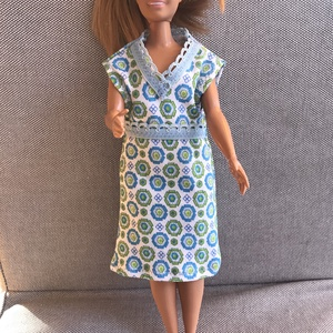 """Mintás babaruha 29 cm magas divatbabáknak / Dzsörzé ruha modell babáknak / Jersey baba hálóing, Játék & Gyerek, Baba & babaház, Babaruha, babakellék, Varrás, Csinos babaruha, ami a 29 cm-es divatbabákra jó: a """"hagyományos"""", vékony testalkatúakra és az újabb ..., Meska"""
