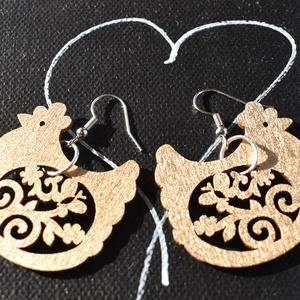 Fa tyúkocska fülbevalók ezüst vagy arany színben, Ékszer, Fülbevaló, Lógó fülbevaló, Ékszerkészítés, Famegmunkálás, Fa felhasználásával készült, diszkréten csillogó, egyedi, egyszerű de mégis gyönyörű tyúkocska fülbe..., Meska