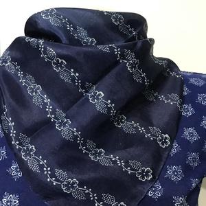 Kékfestő selyemkendő 53x53 cm, Ruha & Divat, Sál, Sapka, Kendő, Kendő, 100% hernyóselyem, 100 éves mintafával kézzel mintázva, eredeti kékfestő technikával festve! Mérete ..., Meska