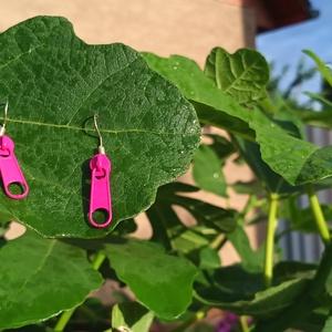 Zip zár fejes lila színű fülbevaló , Lógó fülbevaló, Fülbevaló, Ékszer, Ékszerkészítés, Zip zár fejes lila színű fém fülbevaló, amely hétköznapokra egy bohókás viselet.\nA termék  2,5 cm ma..., Meska