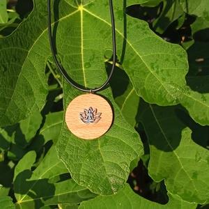 Lótuszvirágos Buddha fa medál, Medál, Nyaklánc, Ékszer, Ékszerkészítés, A fa medálon egy lótuszvirágban ülő Buddha látható, mely az egyensúly, bölcs gondolatokat szimbolizá..., Meska