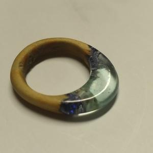 Kék színű gyűrű, Ékszer, Gyűrű, Vékony gyűrű, Ékszerkészítés, Fából és epoxigyantából készült egyedi kézzel készített gyűrű. A gyűrű viselése kényelmes, könnyed é..., Meska
