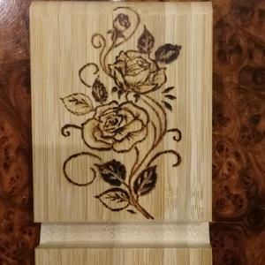 Asztali telefontartó (rózsás), Otthon & lakás, Lakberendezés, Dekoráció, Gravírozás, pirográfia, Vidám, praktikus asztali telefontartó. \nAlapja bambuszfából készült. A minta pirográf technikával ke..., Meska