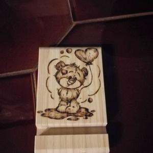 Maci szíves mobiltartó, Otthon & Lakás, Dekoráció, Gravírozás, pirográfia, Kedves kis macis, szívecskés asztali mobiltartó.\nAlapja bambuszfából készült. A minta pirográf készü..., Meska