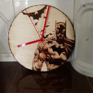 Batman-es óra, Otthon & Lakás, Dekoráció, Falióra & óra, Gravírozás, pirográfia, Igazi vagány, srácoknak való óra Batman és denevéres mintával.\nA minta pirográffal készült egy fa la..., Meska