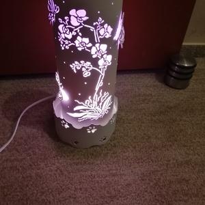 Orchideás-pillangós lámpa, Otthon & Lakás, Lámpa, Állólámpa, Gravírozás, pirográfia, Pvc-csőből gravírozó készülék segítségével készült vidám, hangulatos  orchidea és pillangó mintás lá..., Meska