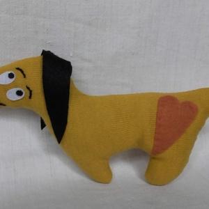 Füles kutya, Játék & Gyerek, Hímzés, Varrás, Kötött anyagból varrtam ezt a kutyust, a fülé és a szeme filcből készült.. A száját, és a szemöldöké..., Meska