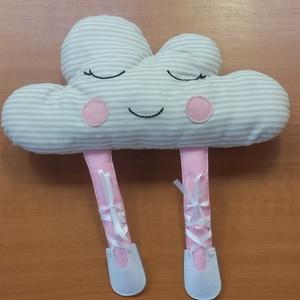 Felhő párna balettcipőben, Dekoráció, Otthon & lakás, Lakberendezés, Lakástextil, Párna, Hímzés, Varrás, Pamutvászonból varrtam ezt a felhőpárnát filc balerina lábakkal. Pihe-puha poliészterrel tömtem ki. ..., Meska