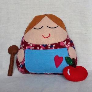 Nagymama baba, Baba, Baba & babaház, Játék & Gyerek, Hímzés, Varrás, Ezt az egyedi nagymama babát puha anyagból és filcből készítettem. A köténye zsebében fakanál és egy..., Meska