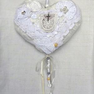 Fehér esküvői szív, Esküvő, Dekoráció, Varrás, Jacquard selyem szövetből varrtam, csipkékkel, gyöngyökkel, selyemvirággal díszítettem ezt az esküvő..., Meska