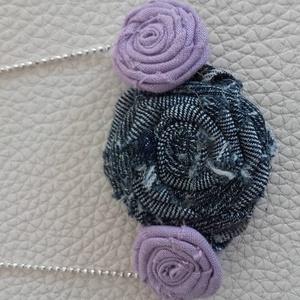 Virágos (farmer, vászon) nyaklánc, Ékszer, Nyaklánc, Ékszerkészítés, Ezt az egyedi nyakláncot egy nagyobb farmer virágból és két kisebb lila vászon virágból készítettem...., Meska