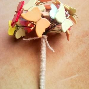 Színes pillangó csokor - 25 db rusztikus stílusú festett fa lepke csokor esküvőre ballagásra dekorációnak, Esküvő, Helyszíni dekor, Dekoráció, Változatos színekből összeállított pillangó csokor, mely akrillal festett és színtelen, szagtalan, v..., Meska