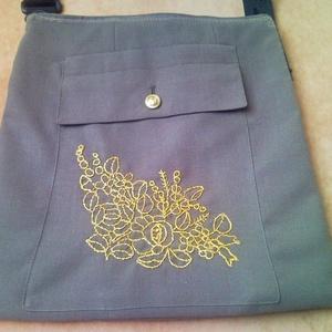 Katonai zubbonyból készült válltáska, táska, tarisznya arany színű kalocsai mintával (Trashman) - Meska.hu