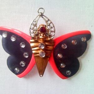 Pillangó, lepke kitűző és medál egyben, strasszkövekkel díszítve - pink napszemüvegből újrahasznosítva, Ékszer, Kitűző, Kitűző & Bross, Egy rózsaszínű napszemüvegből, strasszkövekből és retro bizsu fülbevalókból újrahasznosított kitűző,..., Meska