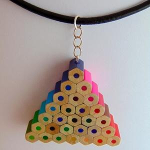 Háromszög alakú szivárvány színű színes ceruza nyaklánc medál ékszer rajtanároknak festőknek művészeknek, Ékszer, Medálos nyaklánc, Nyaklánc, Háromszög alakú, szivárvány színű színes ceruza nyaklánc, medál, ékszer, hatszögletű színes ceruzákb..., Meska