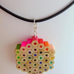 Hatszög alakú szivárvány színű színes ceruza nyaklánc medál ékszer rajtanároknak festőknek művészeknek, Ékszer, Medálos nyaklánc, Nyaklánc, Hatszög alakú, szivárvány színű színes ceruza nyaklánc, medál, ékszer, hatszögletű színes ceruzákból..., Meska