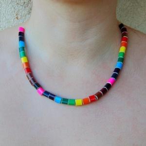 Szivárvány színű színes ceruza nyaklánc 2, ékszer rajztanároknak képzőművészeknek festőművészeknek, Ékszer, Medál nélküli nyaklánc, Nyaklánc, Nagyon élénk színű, lekerekített háromszög keresztmetszetű színes ceruzákból készült nyaklánc. A szí..., Meska