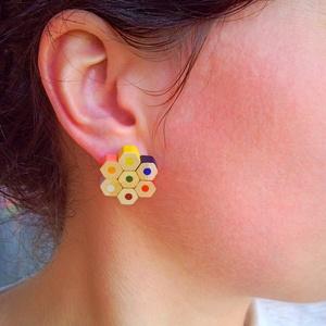 Színes ceruza fülbevaló, bedugós - kicsi tarka virág - rajztanároknak, festőművészeknek, építészeknek, Ékszer, Pötty fülbevaló, Fülbevaló, Színes ceruzákból készült, virágot szimbolizáló fülbevaló - bedugós kivitelben. A rögzítő pöcök nikk..., Meska