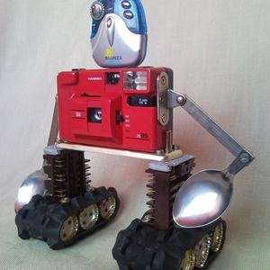 Piros retro fényképezőgép robot mozgatható karokkal  újrahasznosított tárgyakból fotósoknak férfiaknak, Kép & Falikép, Dekoráció, Otthon & Lakás, Újrahasznosított alapanyagból készült termékek, Mindenmás, Ennek az újrahasznosított felfedező robotnak az alapja egy nagyon régi piros fényképezőgép amibe ann..., Meska