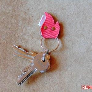 Tűzoltó tömlő kulcstartó újrahasznosított tömlőből vidám piros láng alakú garázsnyitó kapunyitó kulcs tartó - TŰZMANÓ (Trashman) - Meska.hu