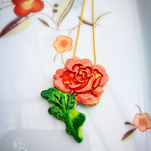 Flamingó rózsa, Medálos nyaklánc, Nyaklánc, Ékszer, Ékszerkészítés, A rózsát formázó medált kerámiaporból öntöttem, majd több rétegben kézzel festettem. Méretei: 4,5 cm..., Meska