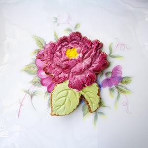 Vadszilvaszín rózsa bross, Kitűző, Kitűző és Bross, Ékszer, Ékszerkészítés, A vintage stílusú, romantikus hangulatú rózsaformát kerámiaporból öntöttem, majd több rétegben feste..., Meska