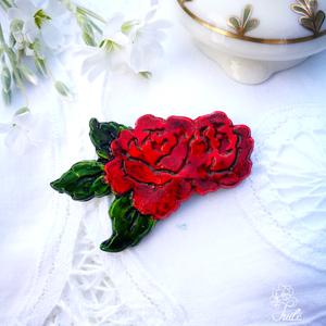 Rózsás bross, Kitűző, Kitűző és Bross, Ékszer, Ékszerkészítés, A romantikus nőies darab akár sáltűként is hordható.\n\nA rózsaformát kerámiaporból öntöttem, kézzel f..., Meska