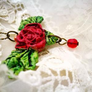 Vintage rózsa nyaklánc, Medálos nyaklánc, Nyaklánc, Ékszer, Ékszerkészítés, A romantikus, nőies stílusú rózsáról és leveleiről egy kis vörös csiszolt cseh üveggyöngy függ. \nA m..., Meska