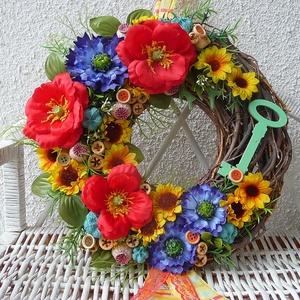 Nyári ajtódísz a rét virágaival:), Lakberendezés, Otthon & lakás, Ajtódísz, kopogtató, Koszorú, Dekoráció, Mindenmás, Virágkötés, A vékony ágacskákból készült alapot nyári virágokkal, termésekkel és egy nagy fa kulccsal díszítette..., Meska