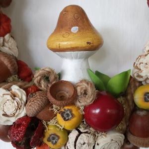 Őszi ajtódísz, kopogtató gombával, Otthon & lakás, Dekoráció, Lakberendezés, Ajtódísz, kopogtató, Virágkötés, Mindenmás, Szalma alapot juta szalaggal vontam be, majd termésekkel, almákkal díszítettem. Középre egy kerámia ..., Meska
