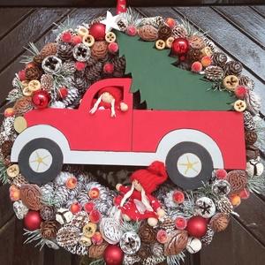 Karácsonyi autós kopogtató kicsi manókkal, Otthon & Lakás, Karácsony & Mikulás, Karácsonyi kopogtató, Mindenmás, Virágkötés, A kopogtató vörösfenyő tobozos alapra készült, amit én színeztem fehérre.A koszorút termésekkel, göm..., Meska