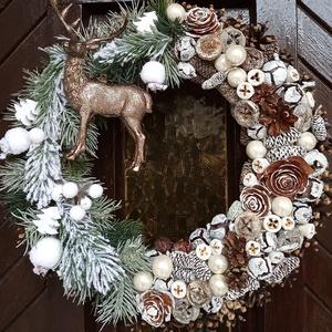 Karácsonyi, téli kopogtató, ajtódísz, Otthon & Lakás, Karácsony & Mikulás, Karácsonyi kopogtató, Mindenmás, Virágkötés, Szalma alapot díszítettem élethű fenyő ágacskákkal, termésekkel, gömbökkel.\nEgy csodás szarvas teszi..., Meska