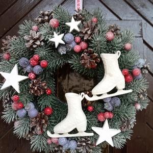 Karácsonyi kopogtató, ajtódísz  korcsolyával, Otthon & lakás, Dekoráció, Karácsony, Karácsonyi dekoráció, Ünnepi dekoráció, Lakberendezés, Ajtódísz, kopogtató, Mindenmás, Virágkötés, Műfenyő alapot bogyókkal, tobozokkal díszítettem és egy fehér korcsolyát, valamint fa csillagokat te..., Meska