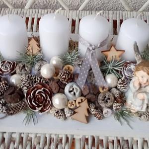 Adventi, karácsonyi asztali dísz angyalkával, Otthon & lakás, Dekoráció, Ünnepi dekoráció, Karácsony, Karácsonyi dekoráció, Lakberendezés, Asztaldísz, Mindenmás, Virágkötés, A dísz fa tál alapra készült.Termésekkel, gömbökkel és egy aranyos angyalkával díszítettem.A 4 gyert..., Meska