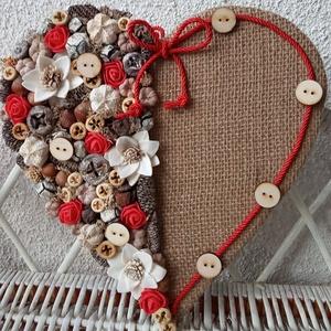 Szív alakú dísz,ajtódísz, kopogtató , Ünnepi dekoráció, Dekoráció, Otthon & lakás, Lakberendezés, Dísz, Ajtódísz, kopogtató, Szerelmeseknek, Mindenmás, Virágkötés, Szív formát zsákvászonnal vontam be, majd termésekkel, habrózsákkal díszítettem és fa gombok is kerü..., Meska