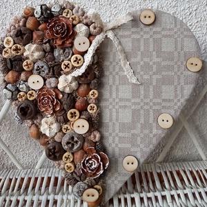 Szív alakú dísz, ajtódísz, kopogtató, Otthon & lakás, Dekoráció, Lakberendezés, Ajtódísz, kopogtató, Falikép, Mindenmás, Virágkötés, Szív formát mintás vászonnal vontam be, majd termésekkel díszítettem és fa gombok is kerültek rá. Aj..., Meska