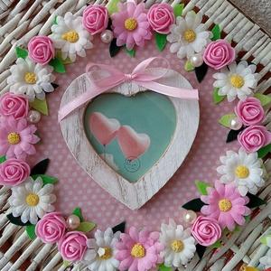 Virágos fényképtartó , Otthon & lakás, Dekoráció, Ünnepi dekoráció, Anyák napja, Kép, Szerelmeseknek, Mindenmás, Virágkötés, A saját készítésű alapot pöttyös selyem tapétával vontam be s virágokkal díszítettem.Középre egy szí..., Meska
