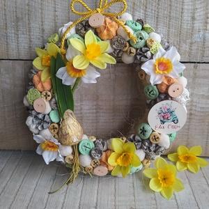 Tavaszi kopogtató, ajtódísz nárcisszal, táblácskával, Otthon & Lakás, Dekoráció, Ajtódísz & Kopogtató, Virágkötés, Mindenmás, Szalma alapot termésekkel díszítettem és egy élethű nárcisz hagymát tettem a kopogtatóra.\nA nárcisz ..., Meska