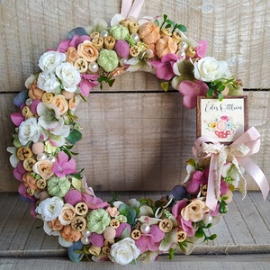 """Tavaszi kopogtató, ajtódísz \""""Édes otthon\"""" táblácskával, Otthon & Lakás, Dekoráció, Ajtódísz & Kopogtató, Virágkötés, Mindenmás, Szalma alapot sokféle élethű virággal , gyönggyel, termésekkel díszítettem.\nA virágos koszorút ha az..., Meska"""