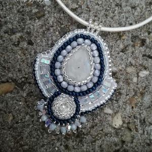Holdkő gyöngy hímzett medál/ nyaklánc, Ékszer, Képzőművészet, Medál, Nyaklánc, Ékszerkészítés, Gyöngyfűzés, Gyönyörű holdkő ásványt használtam ehhez az ékszerhez. Fehér alapszínébe vegyülő ezüstös, néhol kék..., Meska