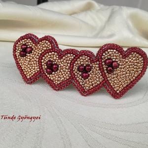 Piros-arany szívek franciacsat, Szerelmeseknek, Ünnepi dekoráció, Dekoráció, Otthon & lakás, Képzőművészet, Táska, Divat & Szépség, Hajbavaló, Ruha, divat, Ékszerkészítés, Hímzés, Gyöngyhímzéssel, aprólékosan kidolgozott mintával készítettem ezt a kiegészítőt. Bordós-piros szívek..., Meska