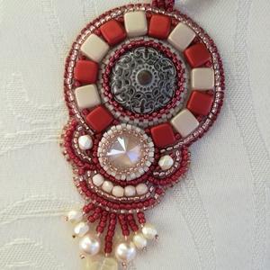 Piros-krém medál/nyaklánc swarovskival, Medálos nyaklánc, Nyaklánc, Ékszer, Ékszerkészítés, Hímzés, Egy különleges gomb és egy swarovski rivoli a medál központi része. Köré különféle gyöngyöket hímezt..., Meska
