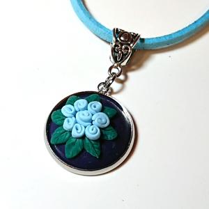 Pasztell kék rózsás nyaklánc Fimo gyurma medál , Ékszer, Medál, Nyaklánc, Ékszerkészítés, Gyurma, Windsor kék (sötét kék) színű süthető ékszer gyurmából készült medál alapon pasztell kék rózsa, mind..., Meska