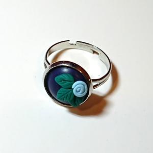 Pasztell kék rózsás gyűrű Fimo gyurma medál , Ékszer, Medál, Gyűrű, Ékszerkészítés, Gyurma, Windsor kék (sötét kék) színű süthető ékszer gyurmából készült medál alapon pasztell kék rózsa, mind..., Meska