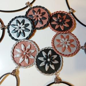 Gyöngyház - virágos nyaklánc Fimo gyurma medál többféle , Ékszer, Medál, Nyaklánc, Ékszerkészítés, Gyurma, Gyöngyház-Virág kollekció\nGyöngyház fekete, gyöngyház halvány ezüst, és rózsa arany színű süthető ef..., Meska